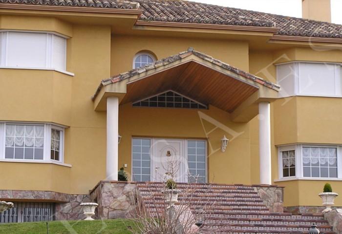 casa amarilla con ventanas de pvc blanco