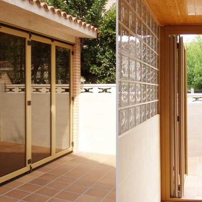 Puerta de pvc amarilla en posición abierta y cerrada