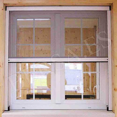 ejemplo de una mosquitera acoplada a una ventana de pvc blanca