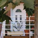 puerta blindada blanca en pvc con cristal decorado semicírculo