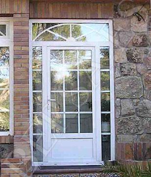 puerta-balconera-de-pvc-con-cristal-decorado