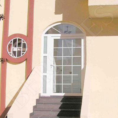 puerta-blaconera-de-pvc-con-cristalera-forma-semicirculo