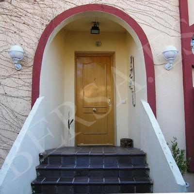 puerta de seguridad de pvc imitacion madera de acceso a la calle