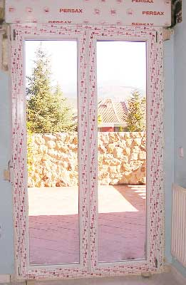 Nivelación y aislante en la instalación de una ventana de PVC fabricada por Bersa