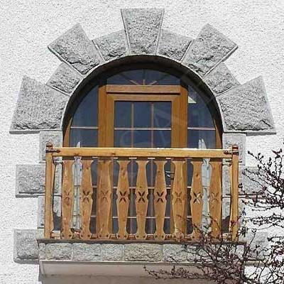 Ventana en PVC de imitación a madera con puerta totalmente acristalada imitación a madera de aspecto rústico y con piedra