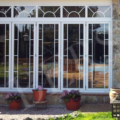 ventana plegable de pvc con acceso a jardín