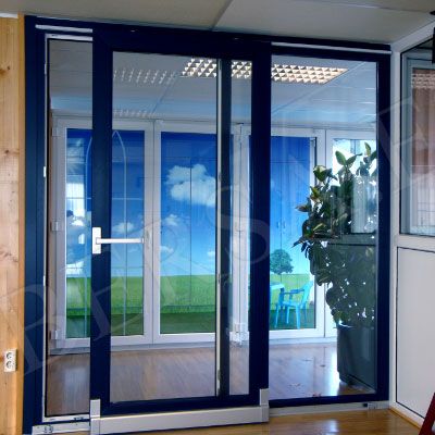 ventanas correderas paralelas en pvc azul que proporcionan aislamiento y confort en su hogar